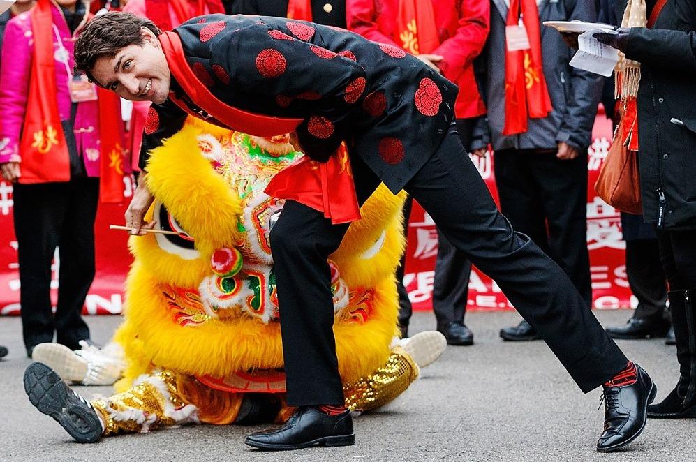 Контрастные черно-красные носки на праздновании китайского Нового года в Ванкувере.
