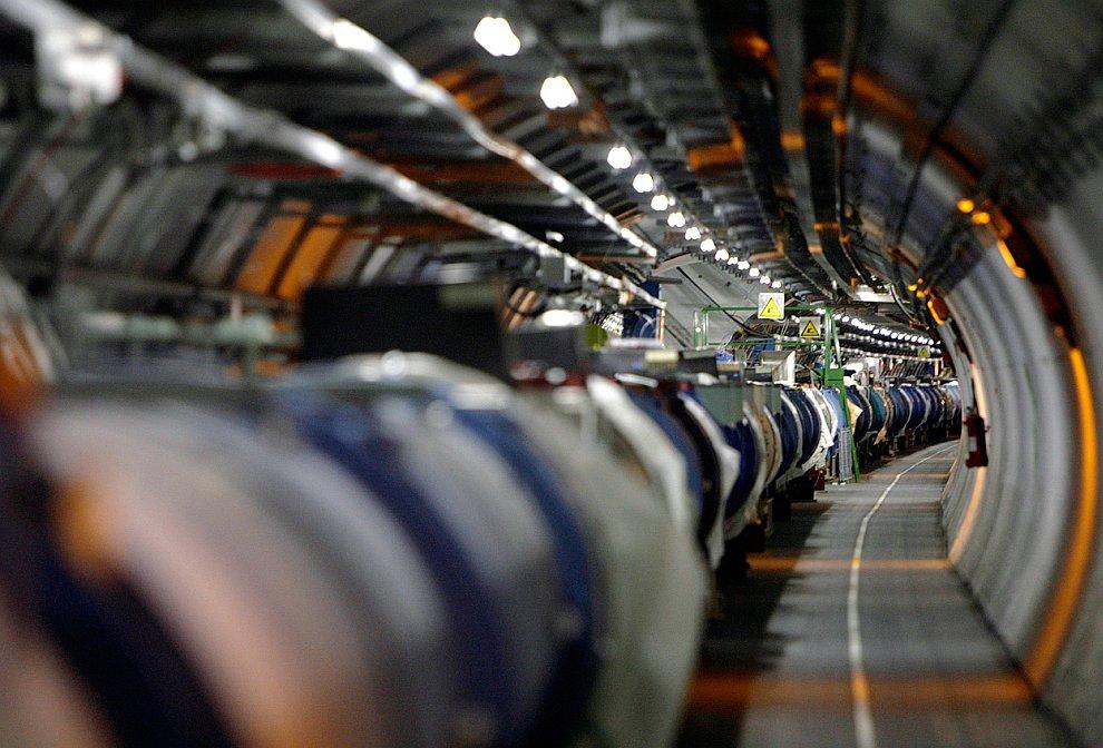 Коллайдер называется адронным из-за того, что он ускоряет адроны, то есть тяжелые частицы, состоящие