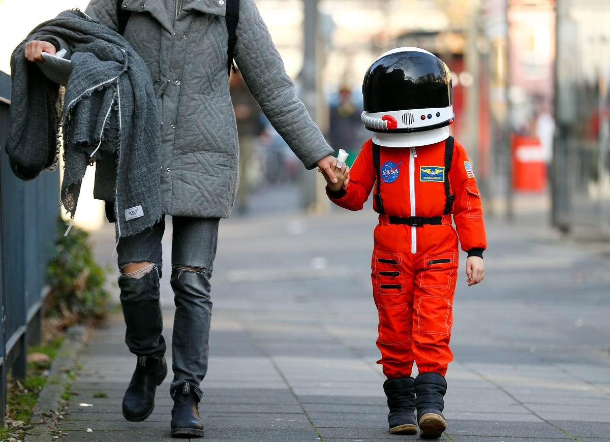 Когда я вырасту, то стану роботом или космонавтом: Мама с ребенком на пути домой с немецкого карнавала