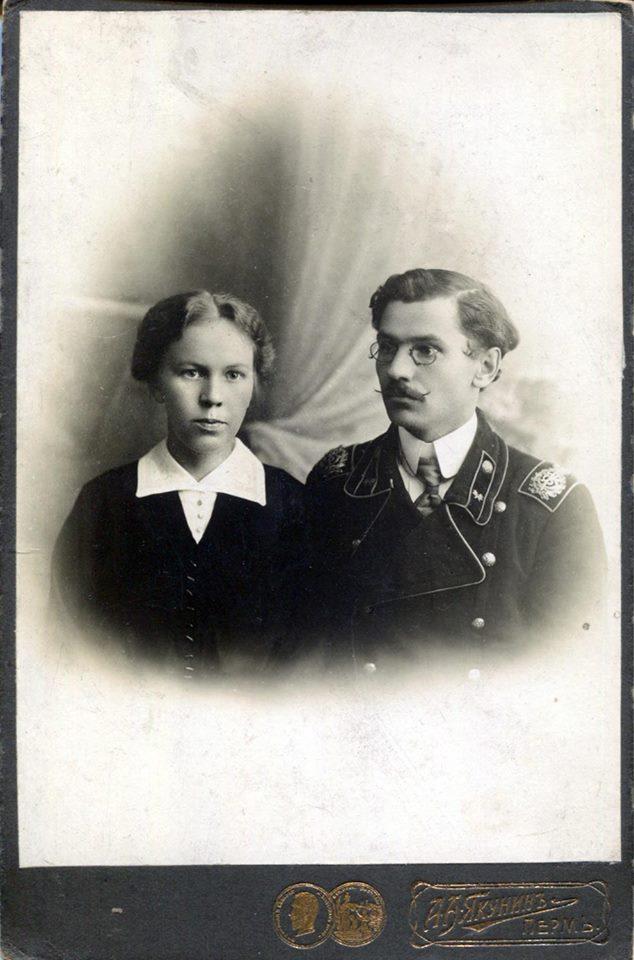 Пермский служащий с супругой
