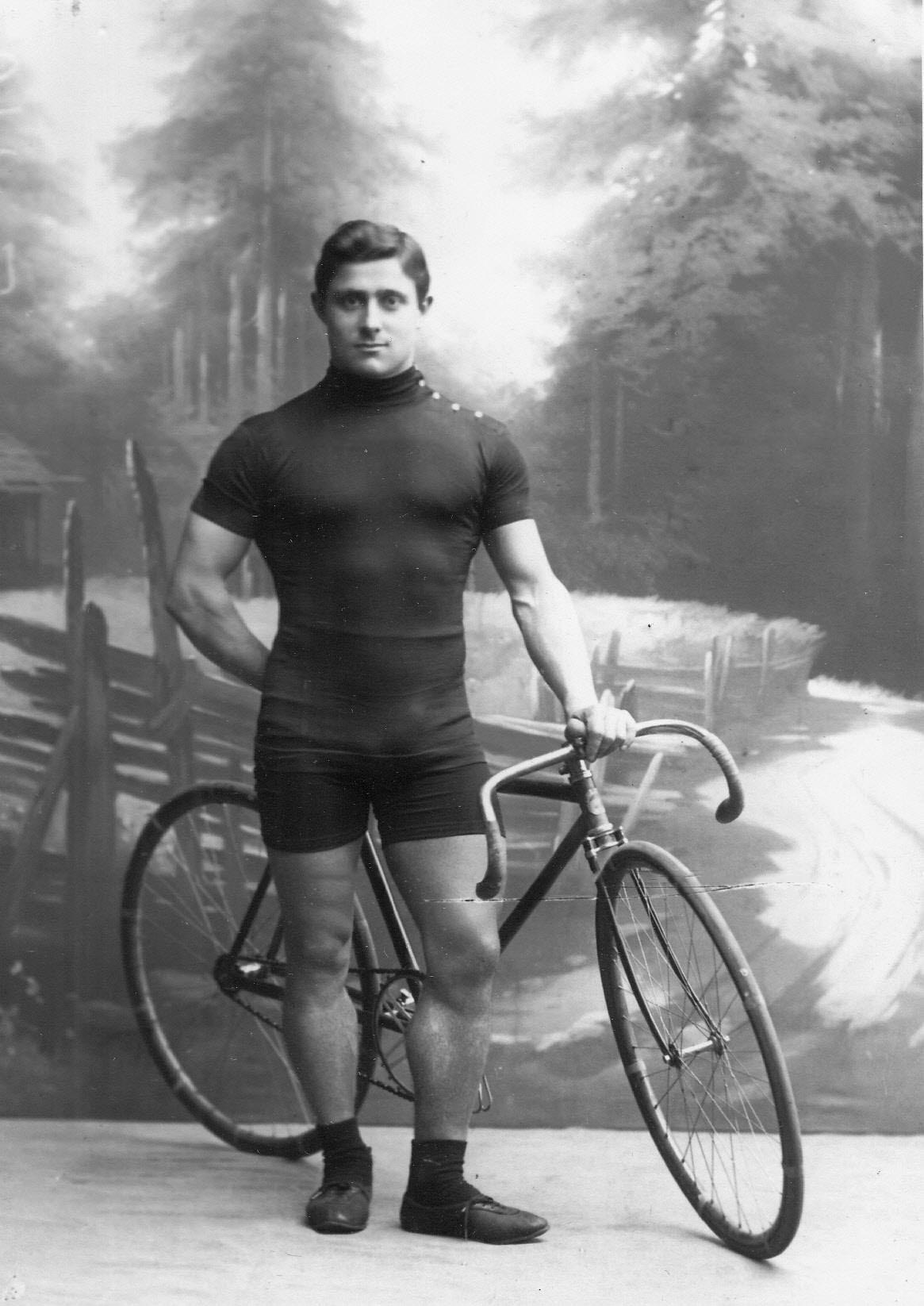 Генрих Столь, участник велогонок от США, с велосипедом. До 1915