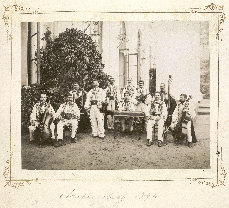 Гулянья во время коронационных торжеств. На крыльце парадного входа во дворец румынские музыканты в национальных костюмах.1896