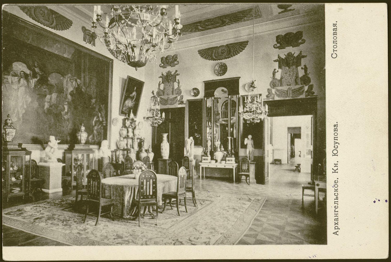 Парадная (Египетская) столовая. Вид на западную часть. В центре зала накрытый скатертью стол. 1910