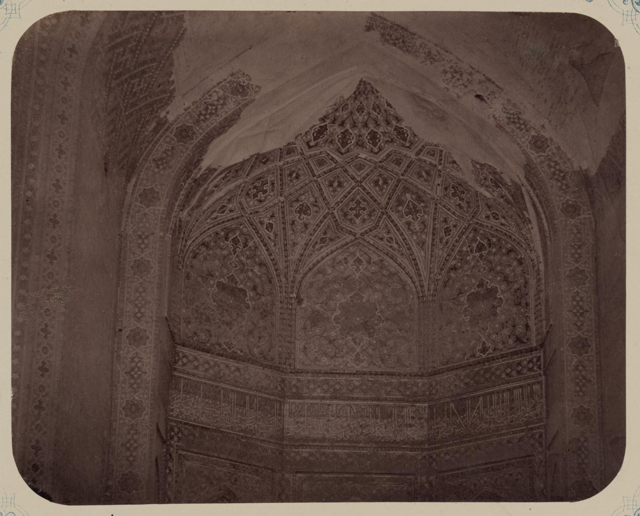 Медресе Шир-Дор. Внутренний двор (восточная сторона). Надписи вокруг внутренней ниши и ее верхних секций. Центр