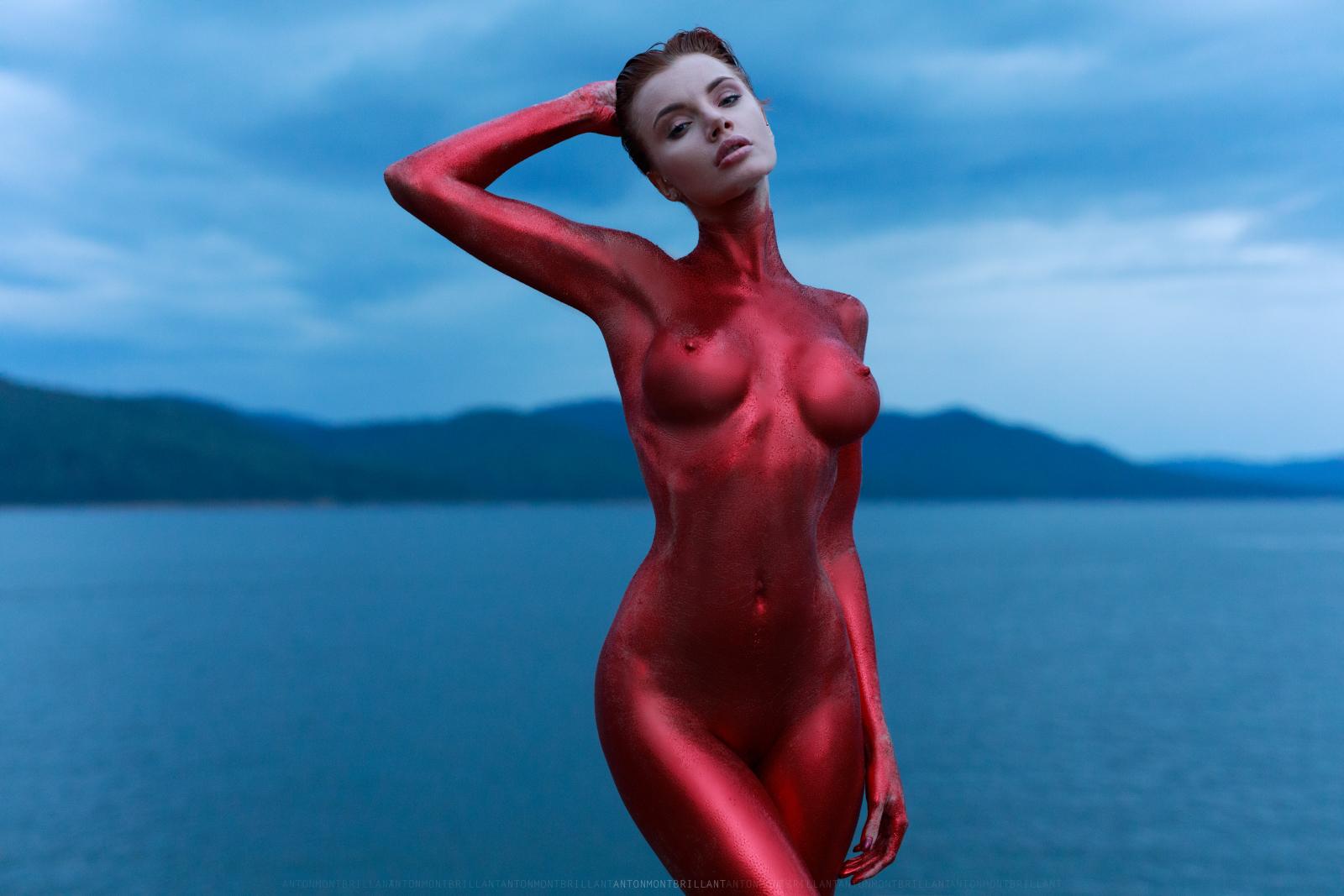 Красная женщина / фото Anton Montbrillant