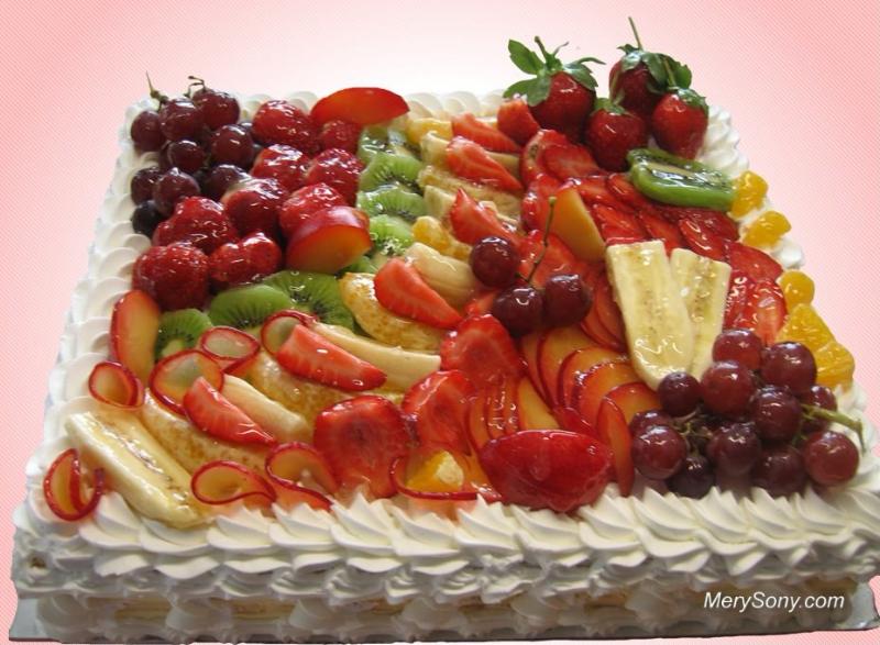 Квадратный торт с разнообразными фруктами.  С международным днем торта!