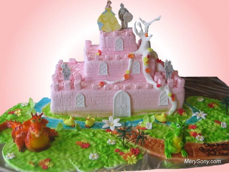 Красивый торт с принцессой, принцем и волшебным замком.  С международным днем торта!