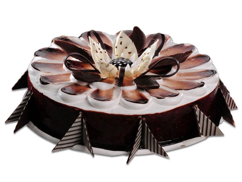 Красивый торт с цветком в центре.  С международным днем торта!