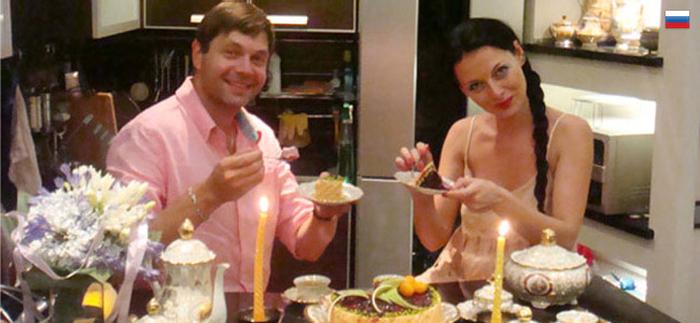 С международным днем торта! Парень и девушка пьют чай с тортом