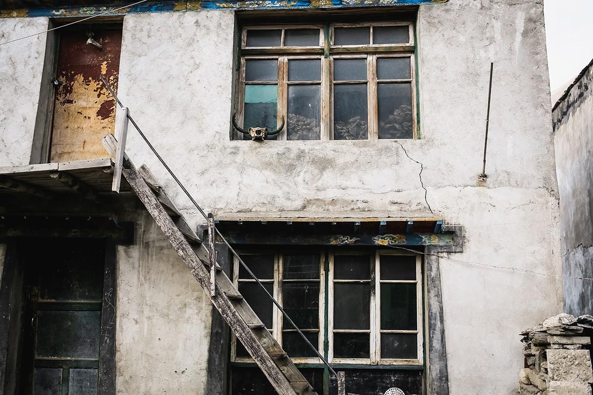 22. Типичный тибетский дом, по местным меркам очень большой.