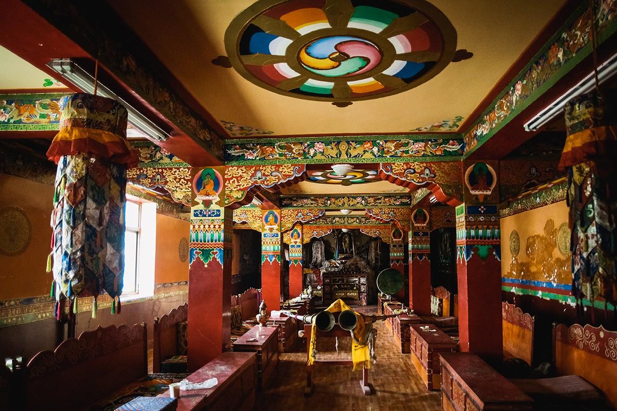 36. Интерьер внутренней гомпы (медитационного зала), где проходят ритуалы и церемонии.