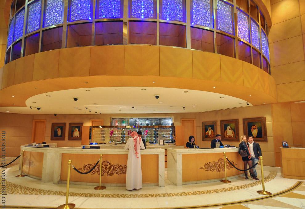 15. Один отель заказал себе самую большую люстру с кристаллами Сваровски, другой украсил свое ф