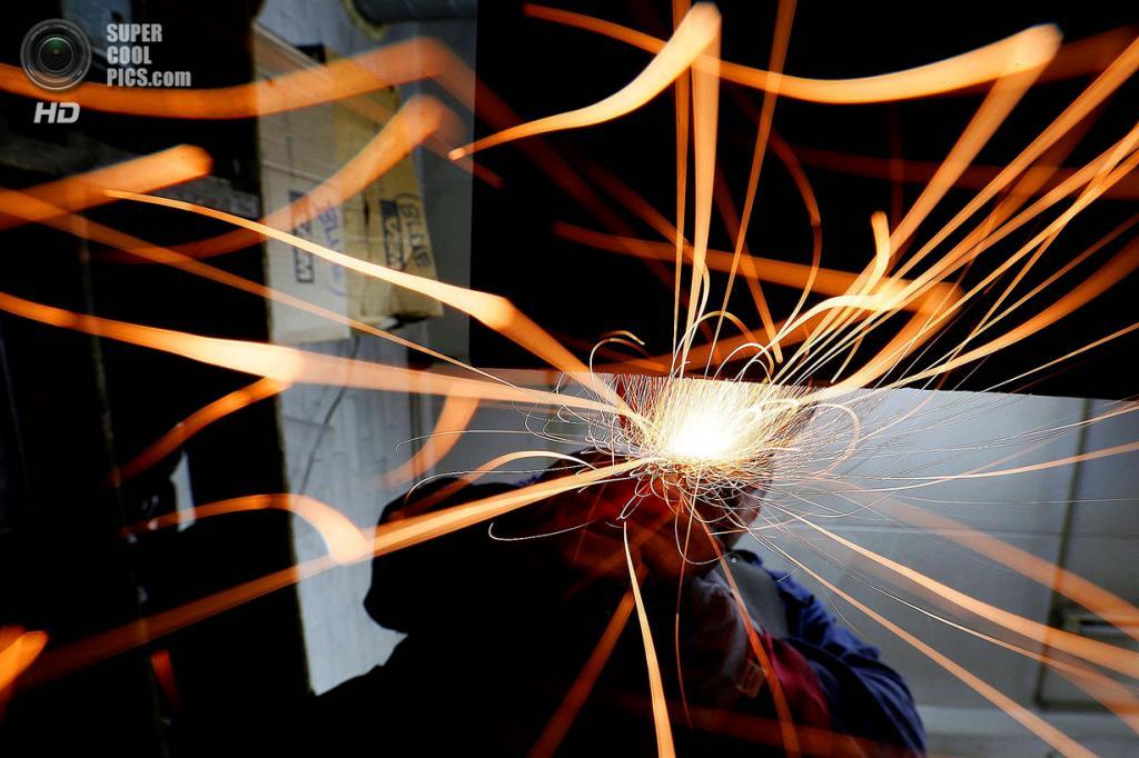 Великобритания. Саутгемптон, Англия. Работник Polycast Limited Барри Смит шлифует статуэтки. (RE