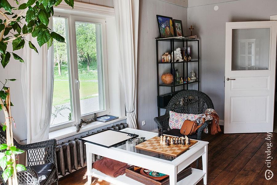 24. Самая большая комната на первом этаже — гостиная, совмещенная со столовой. На полу — старая доск