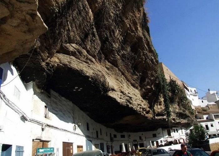 Скромное очарование Испании, или Город, расположившийся под скалой (7 фото)