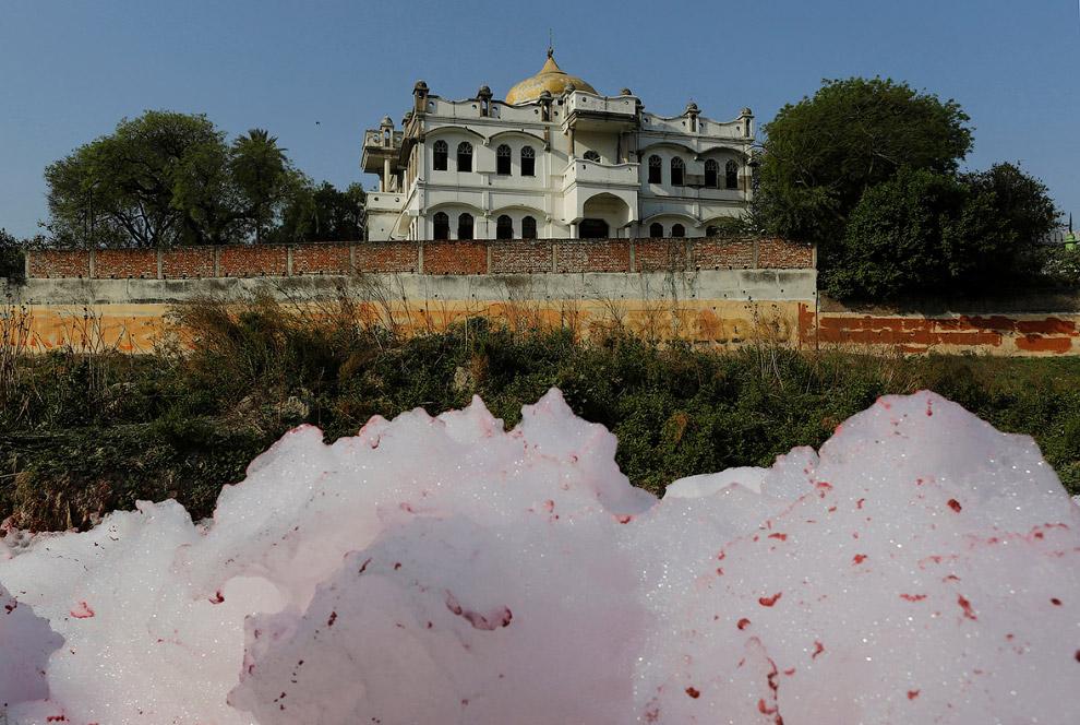 11. На одном участке река и вовсе становится красной. Это всё город Канпур. (Фото Danish Siddiq