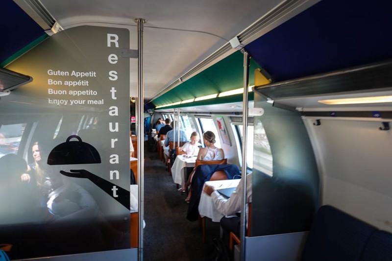 В двухэтажных поездах дальнего следования, рестораны обычно наверху.