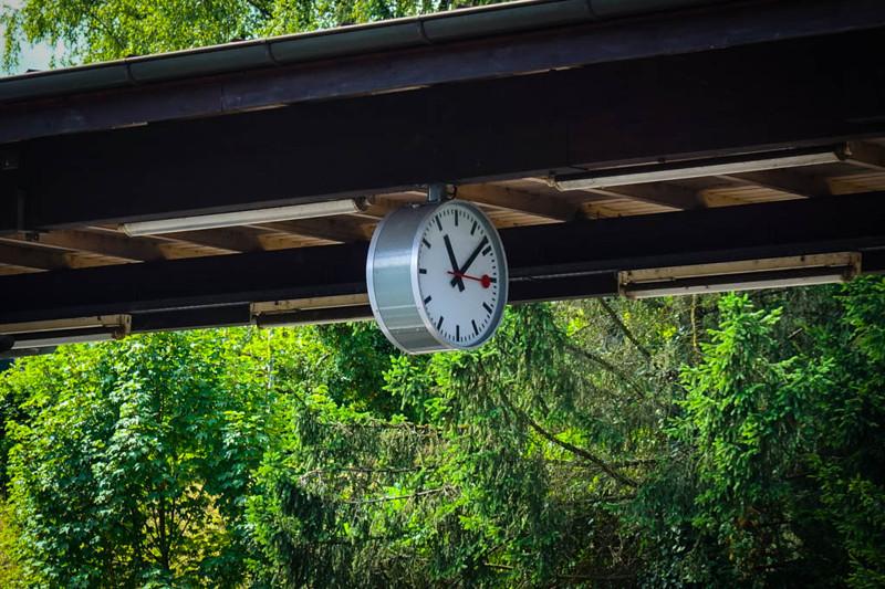 А вот для железнодорожных платформ, компания заказала специальную модель часов. Этот механизм и диза