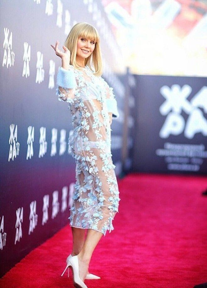 Но в этот вечер Валерия сделала исключение, надев абсолютно прозрачное белое платье, даже скорее тун