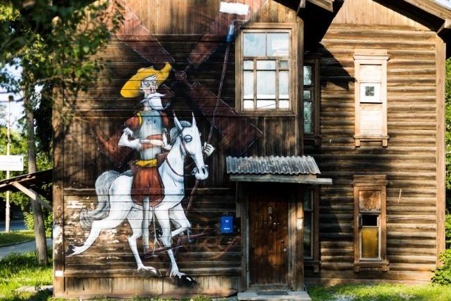 Автор этого творения вЕкатеринбурге провел параллель между уличным художником иДон Кихотом, ведь о