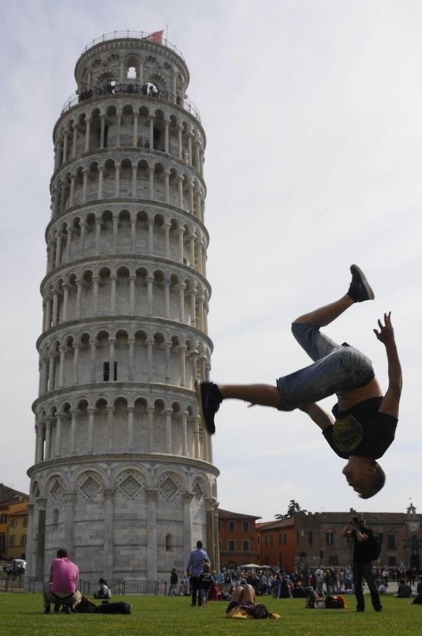 Тот, кто сказал, что фотографироваться на фоне Пизанской башни — банально, очевидно, не видел эти фото.