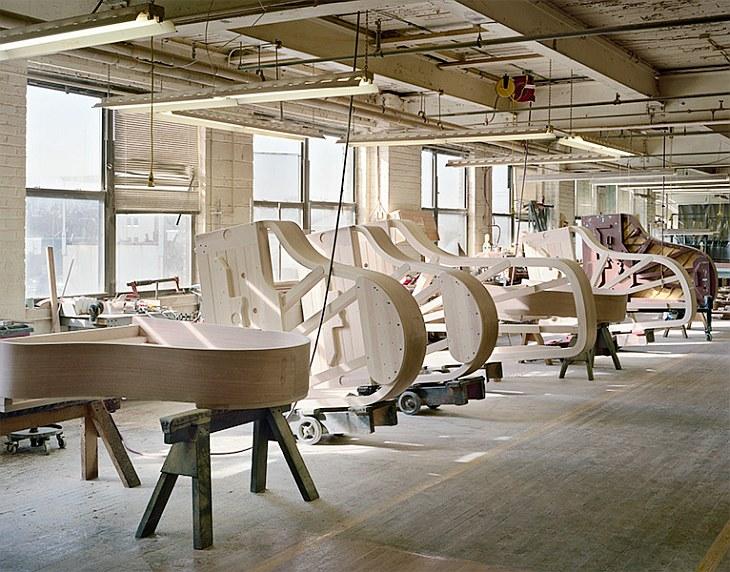 Производство рояля на заводе Steinway начинается с боковых стенок. Точнее, из стенки, которая предст
