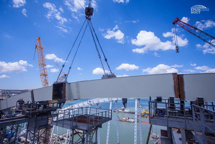 7. Арочный пролет железнодорожного моста уже готов к установке в проектное положение. В середин