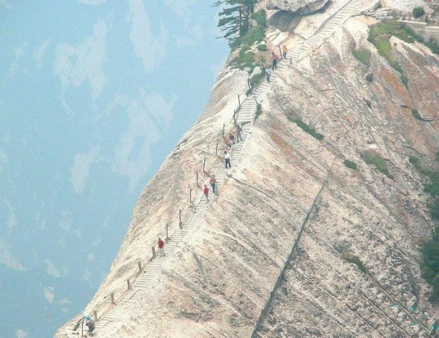 45. Эта леденящая кровь дорожка на гору Хуашань высотой больше 2133 м ведет в чайный домик, в которо