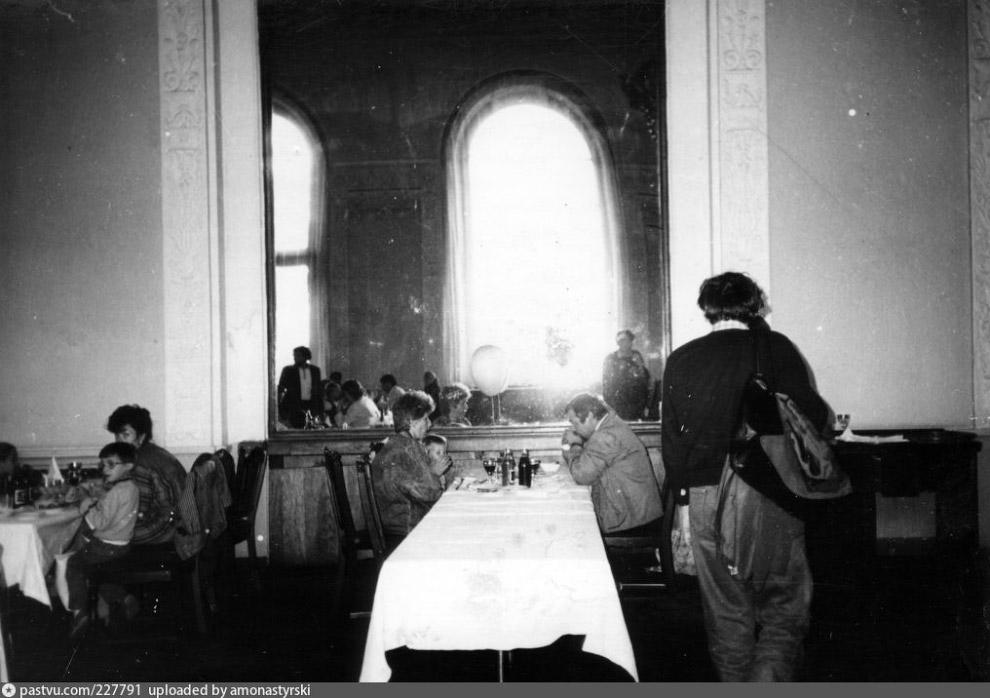 4. В штате Главного ресторана работало более 400 человек. Первоначально он был рассчитан на раб