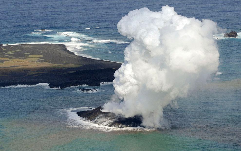 Извержение подводного вулкана у берегов небольшого необитаемого острова Nishinoshimaв Японии, 2
