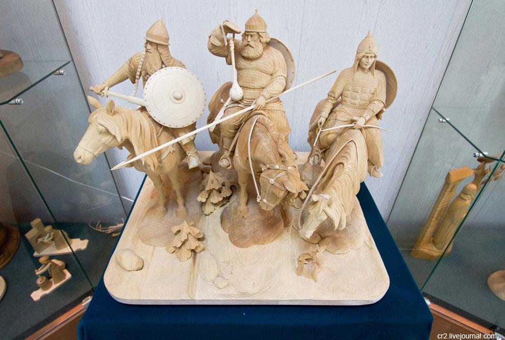 Вырезают мастера и уникальные вещи, как эти шахматы «Северная война». Пётр и Карл XII со своими