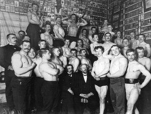 Группа атлетов велосипедно-атлетического общества в спортивном зале (в центре сидит доктор В.Ф.Краевский, 3-й в первом ряду стоит Г.И.Демин). 1900-е
