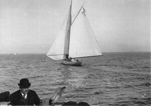 Яхта 10М(6) на дистанции гонок по Финскому заливу, на переднем плане лица, наблюдающие за гонками с борта судейского парохода
