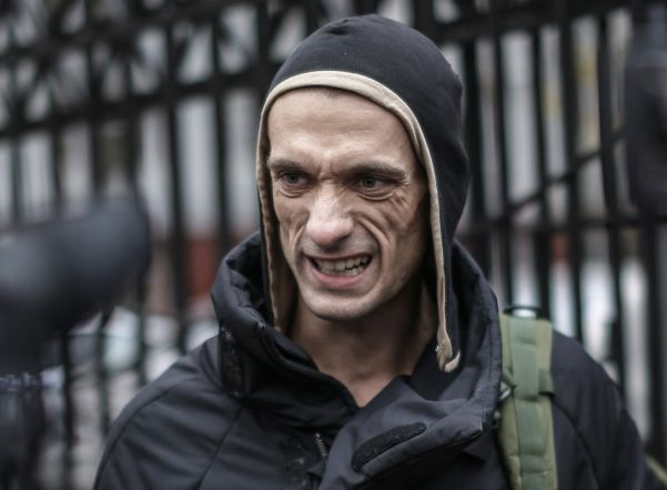 Приставы огранили выезд заграницу художнику Павленскому, уехавшему изРФ