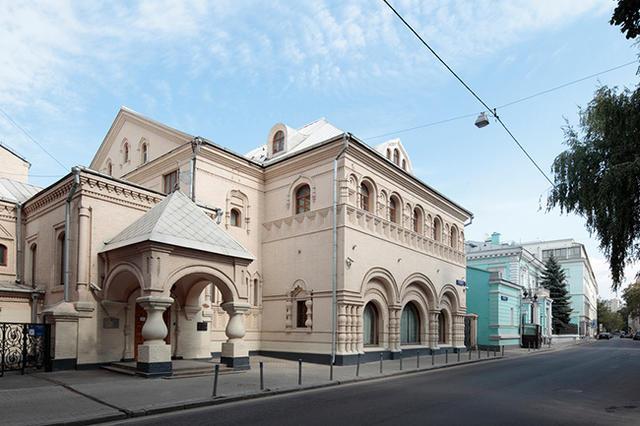Здание по адресу Леонтьевский переулок, 7, в Москве, где, по мнению Мединского, до вмешательства Минкульта «был чуть ли не стриптиз». Фото: Дмитрий Неумоин / Фотобанк Лори