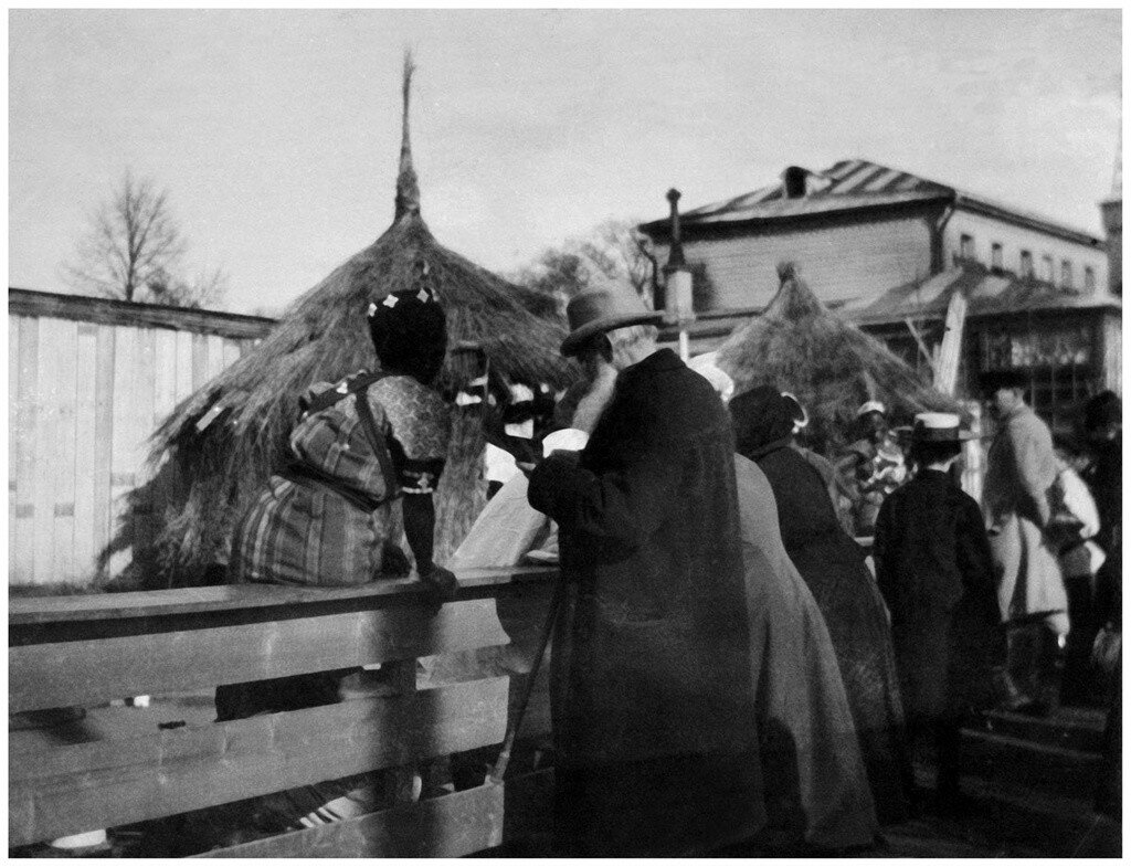 638660 Лев Толстой в зоологическом саду около африканских хижин.jpg