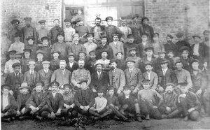 Помощник начальника технической части полковник В.С. Михайлов с группой работников завода. 1915