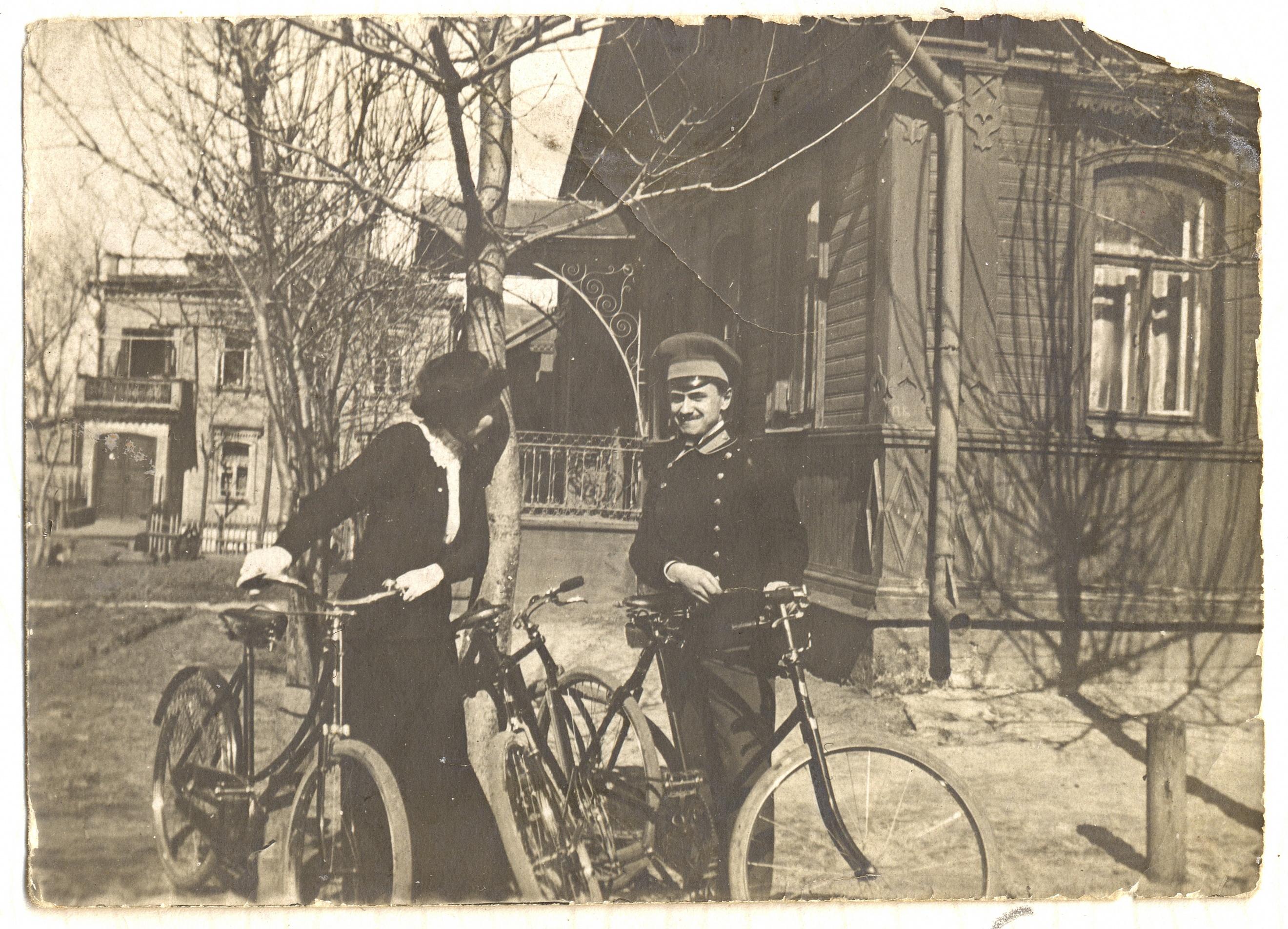 Александра Святоозерская с другом брата около собственного дома