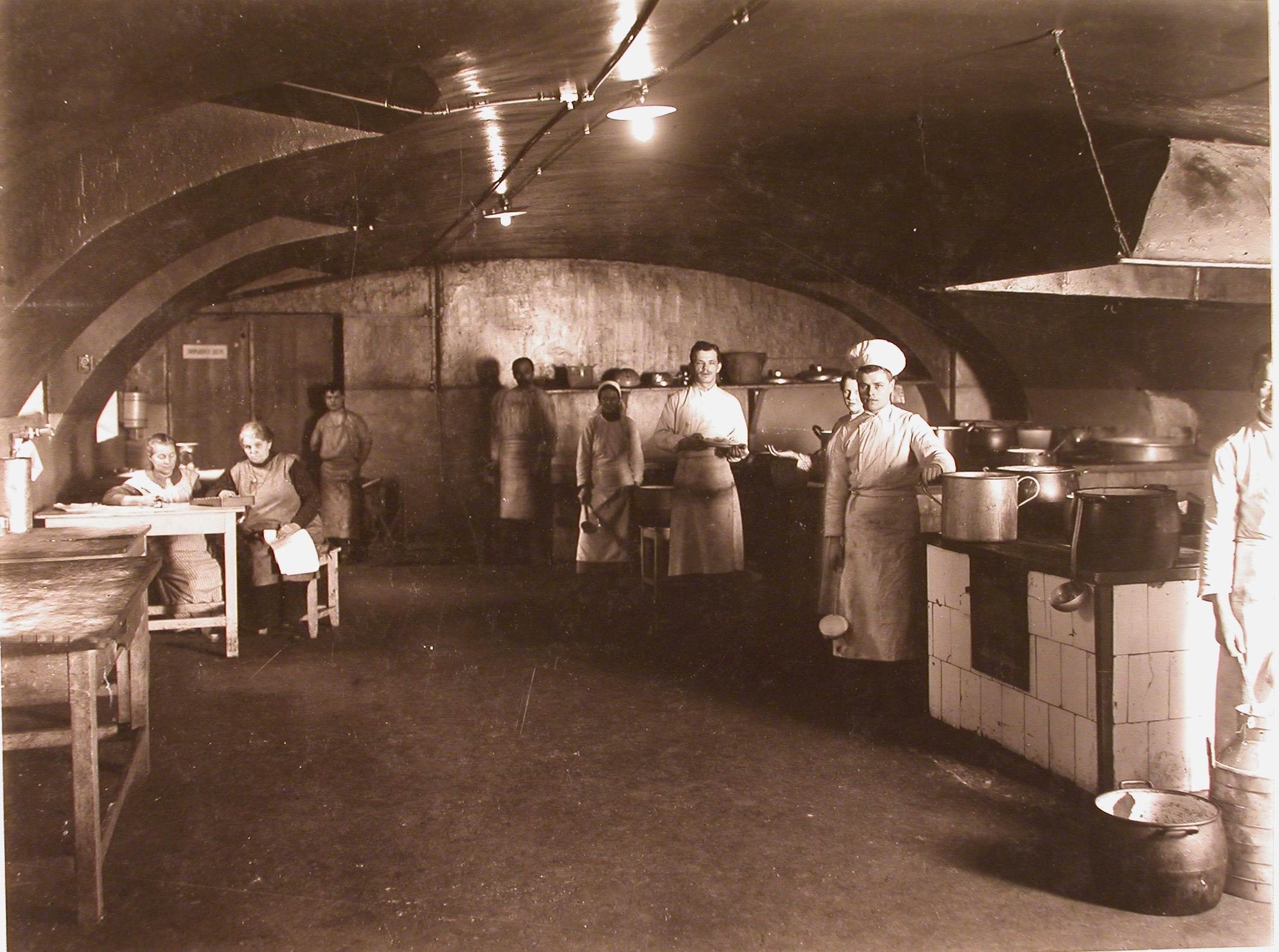 37. Повара и обслуживающий персонал госпиталя №5 на кухне во время приготовления обеда