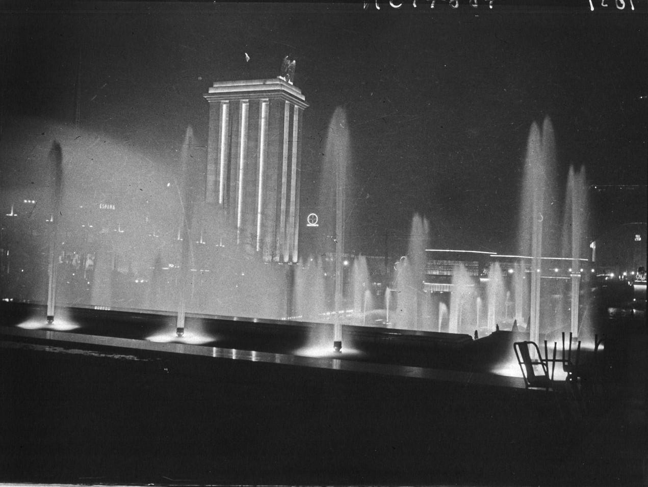 Ночной вид фонтанов Трокадеро и павильона Германии