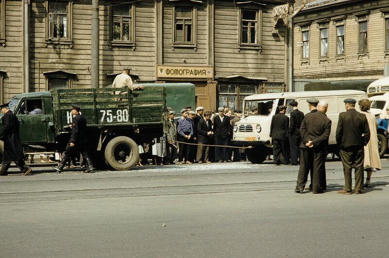 1959 ДТП в Москве. Краснопрудная, 11. Harrison Forman.jpg