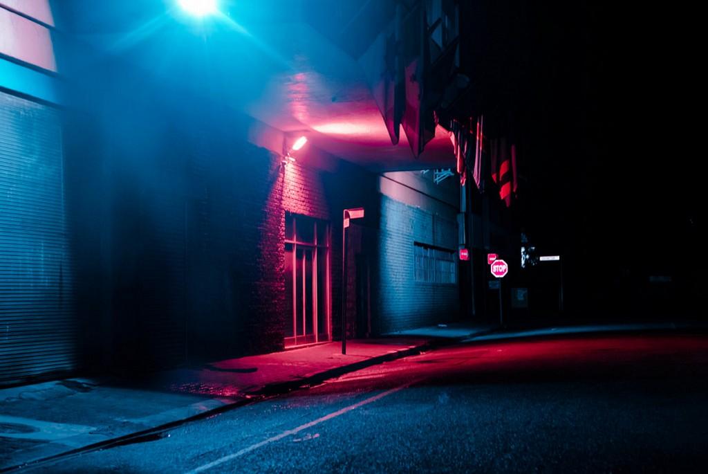 Ночные города в неоновом свете на снимках Эльзы Бледа