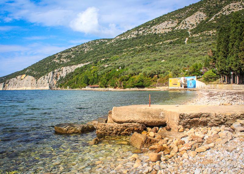 Пляж Валданос имеет галечное покрытие, местами - крупная галька