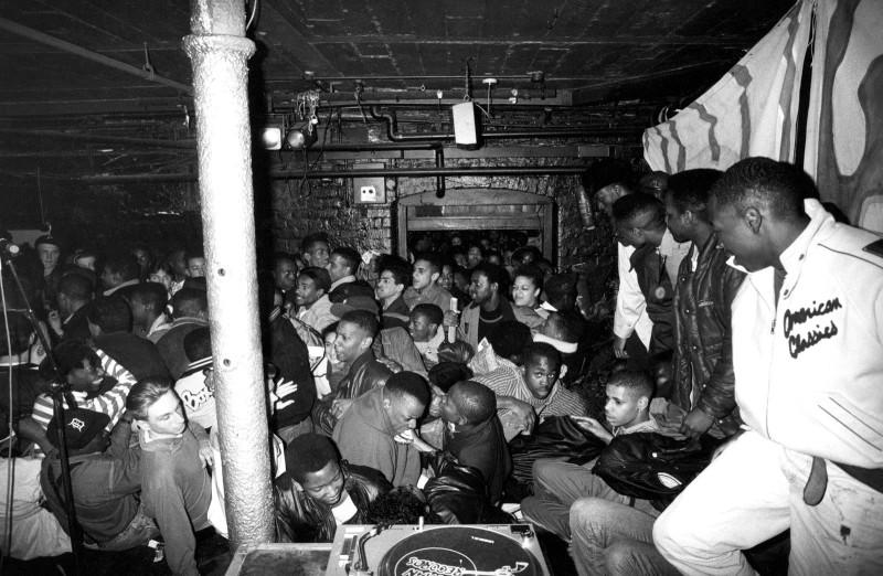 Толпа прорывается через двери перед началом выступления Ultramagnetic MC's, Лондон, 1989 год.