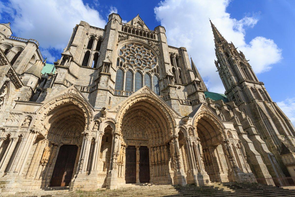 Католический Шартрский собор в Северной Франции, построенный около 1200 года, — шедевр готической ар