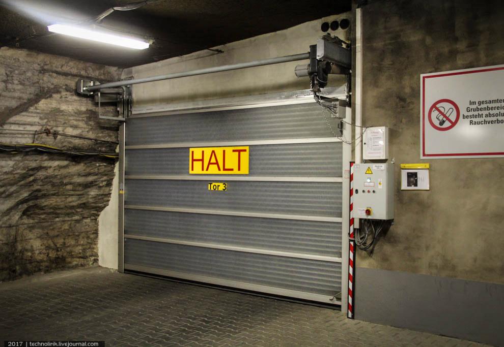 7. Вот на таких грузовичках и будет проходить наш подземный тур. На такой глубине температура всегда
