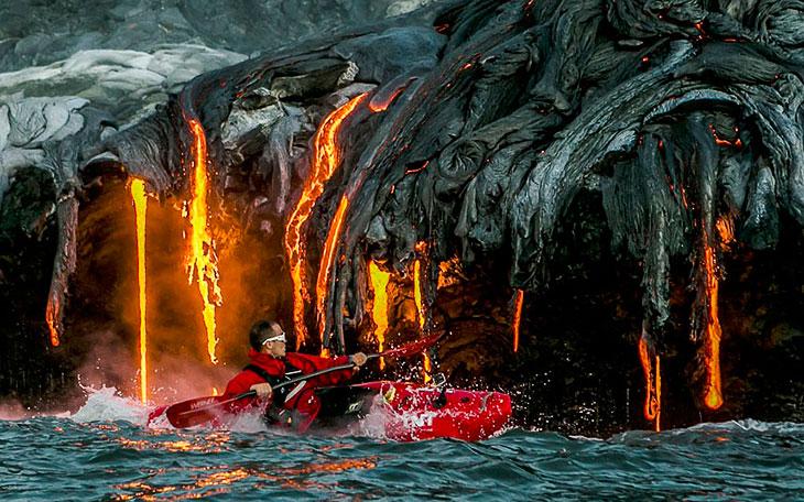 На байдарке около изливающейся лавы. Гавайи (16 фото)