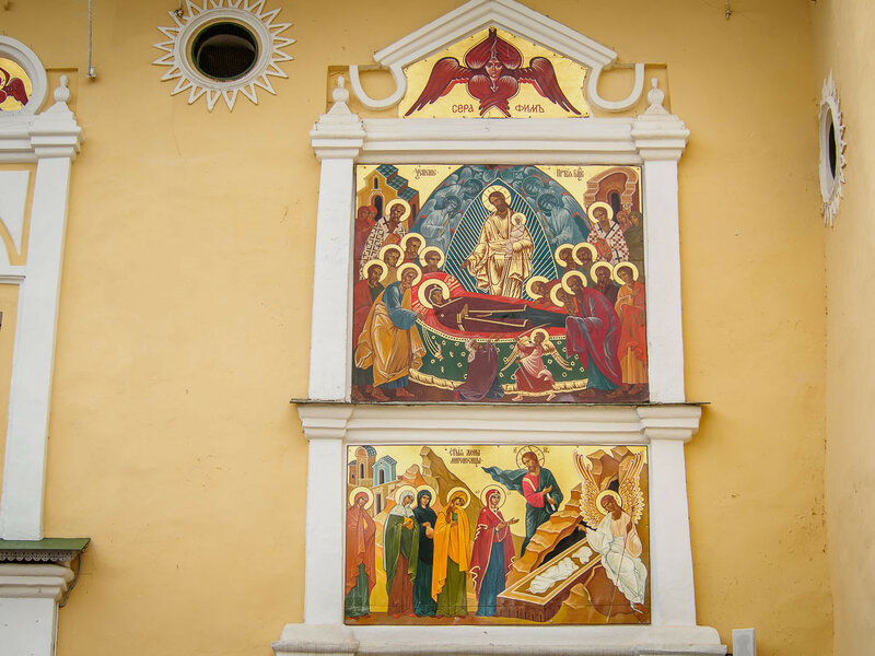 Главный храм богато украшен