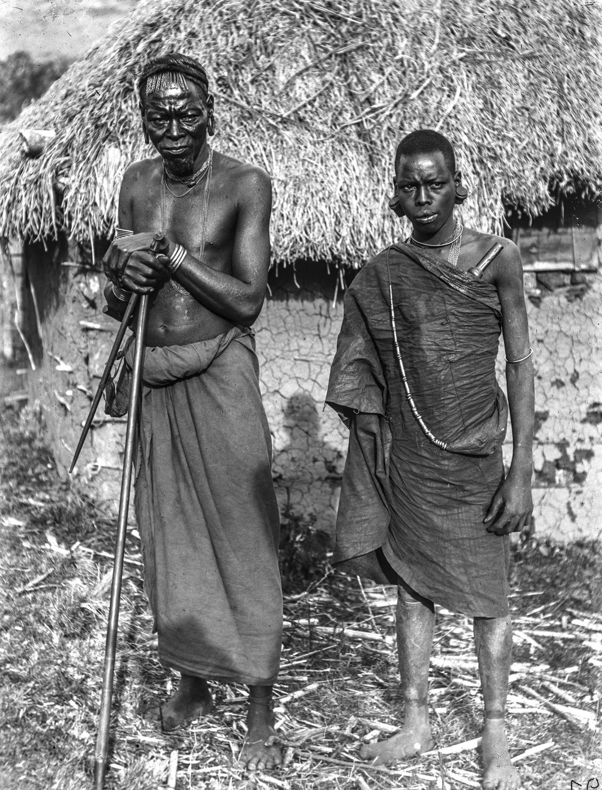 100. Мужчины вамбугу перед соломенной хижиной