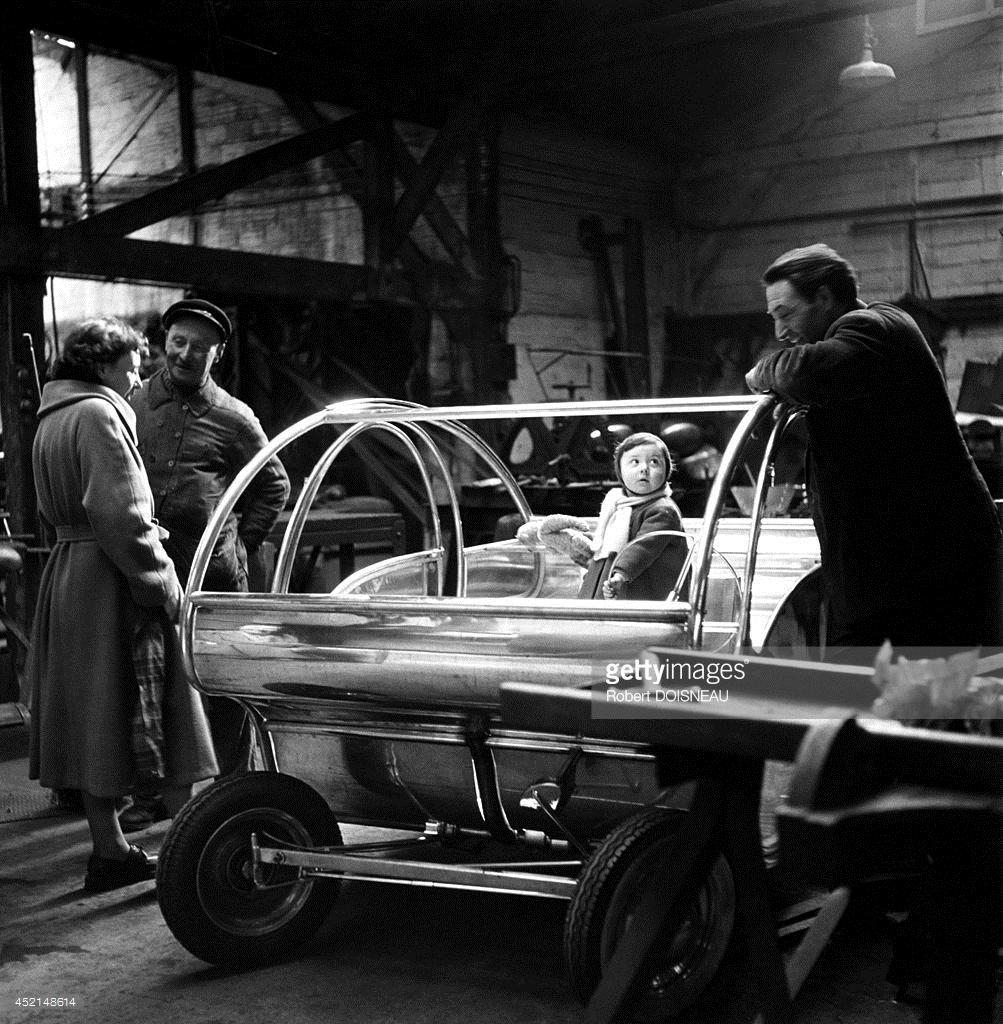 1951. Французский художник - конструктор железнодорожных локомотивов и легковых автомобилей Поль Арзенс с семьей перед своим автомобилем 3233-WO в Париже